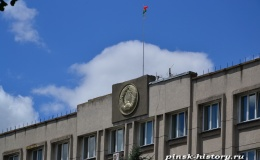 На фасаде Пинского горисполкома появился новый герб